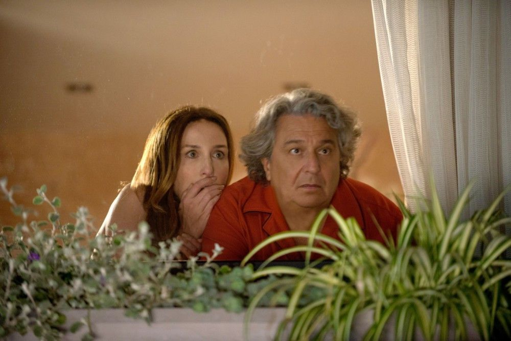 Daphne (Elsa Zylberstein) und Jean-Etienne (Christian Clavier) beobachten wie der geistig behinderte Roma nachts bei ihnen im Garten Maulwürfe fängt.
