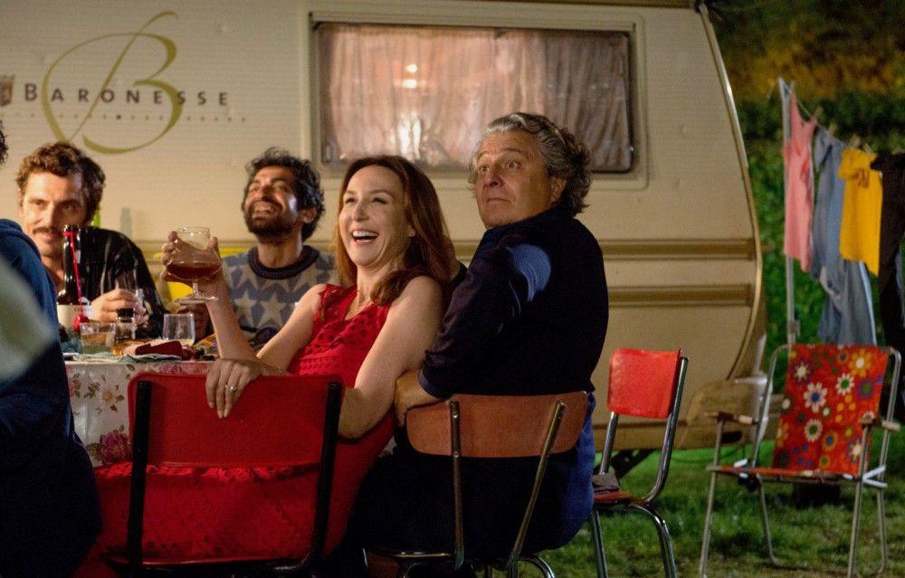 Lustig ist das Zigeunerleben: Daphne (Elsa Zylberstein) und Jean-Etienne (Christian Clavier) amüsieren sich köstlich bei Babiks gräßlichem Gesangsvortrag.