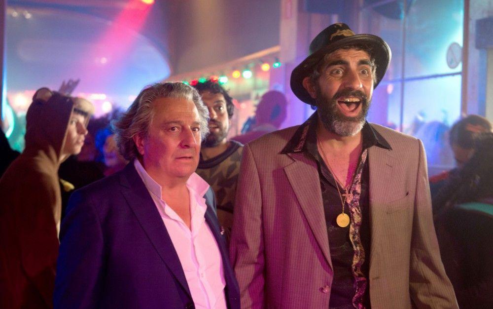Jean-Etienne Fougerolle (Christian Clavier, links) und Babik (Ary Abittan) suchen nach ihren Kindern, die sich unerlaubt gemeinsam auf einem Kostümfest vergnügen.