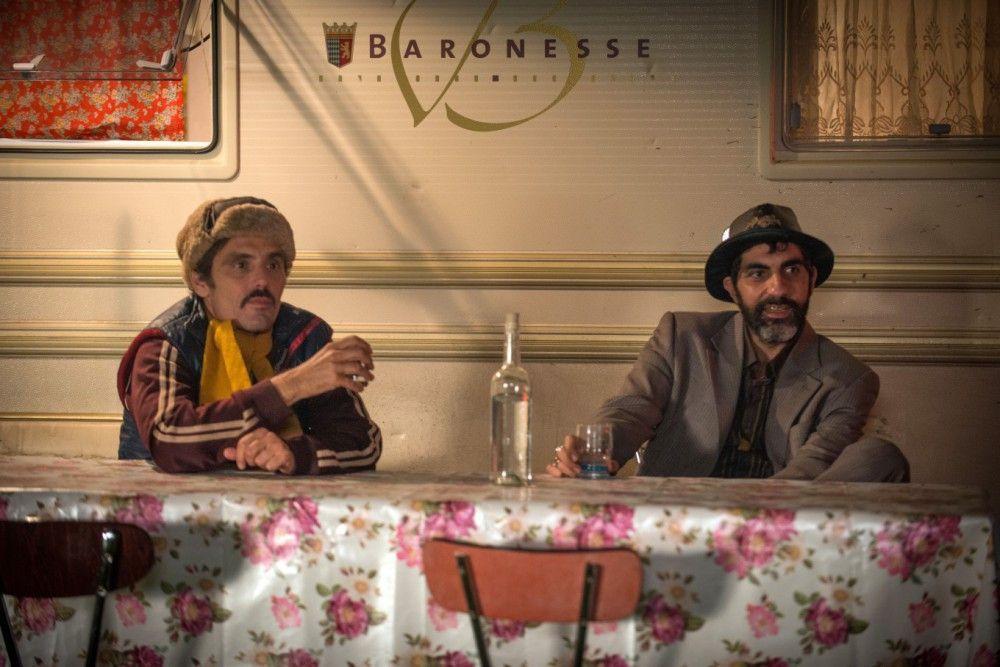 Der falsche Roma Erwan (Cyril Lecomte) hat sich vorgenommen, die Dame des Hauses zu verführen. Babik (Ary Abittan, rechts) will ihn von seinem Plan abbringen.