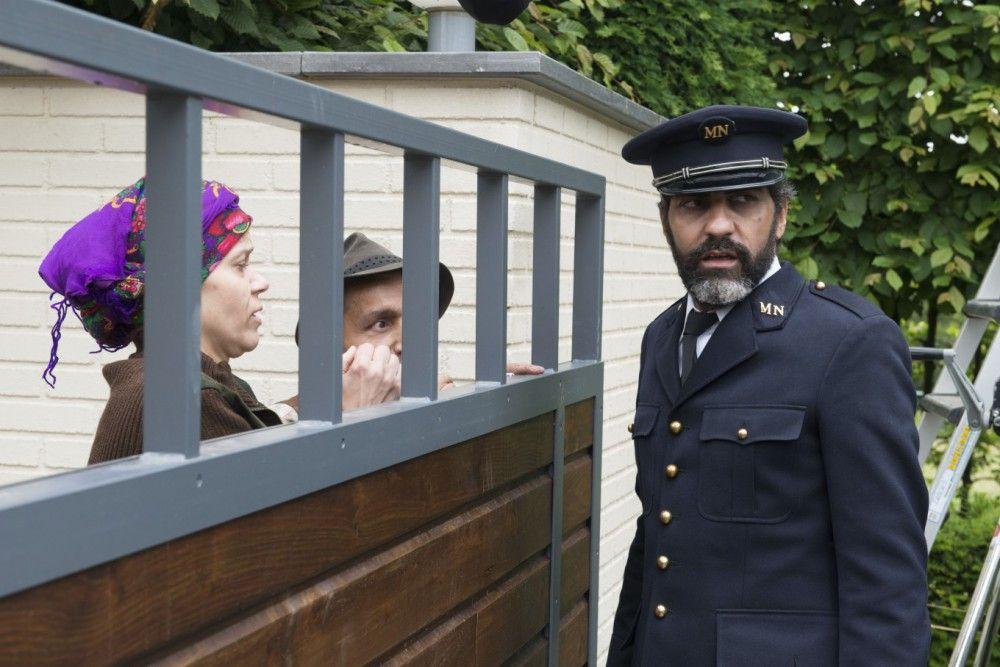 Der gerissene Babik (Ary Abittan), der mittlerweile als Museumswärter arbeitet, weist Verwandte brüsk von den Pforten seines neuen Heims ab.