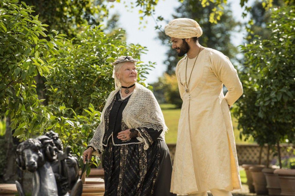 Gebannt lauscht Victoria (Judi Dench) Abduls (Ali Fazal) Erzählungen von Indien. Die Kaiserin hat ihr Reich noch nie gesehen.