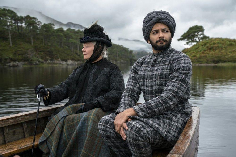 Queen Victoria (Judi Dench) nimmt Abdul (Ali Fazal) sogar auf Reisen mit.