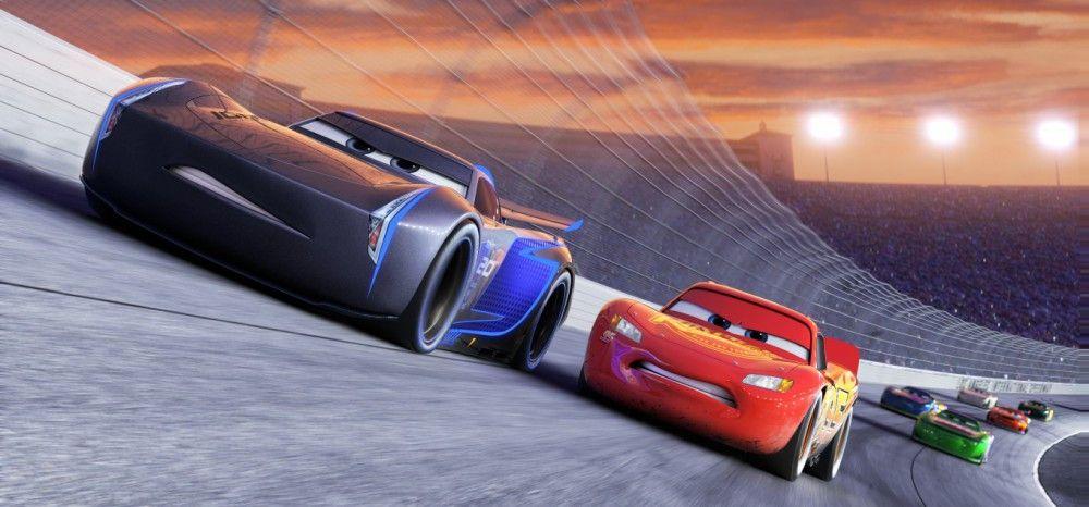 Optimiert bis zu den Schmutzfängern: Jackson Storm (links) hängt Lightning McQueen auf der Rennstrecke locker ab.