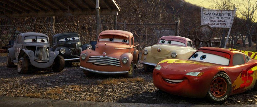 Um nicht zum alten Eisen zu gehören, muss Lightning McQueen (rechts) von den ganz Alten lernen.