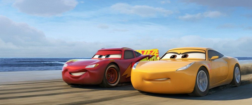 Lightning McQueen (links) zeigt seiner neuen Trainerin Cruz Ramirez, wie man bei der Saisonvorbereitung Spaß haben kann.