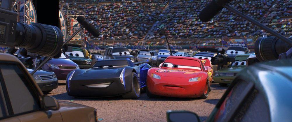 Lightning McQueen (rechts) muss feststellen, dass er nicht mehr der Star des Rennens ist.