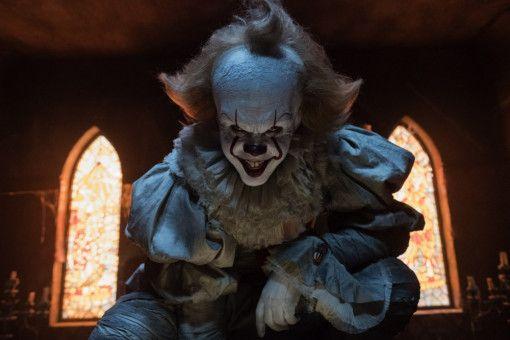 Wer diesen Clown trifft, hat nichts zu lachen: Pennywise (Bill Skarsgård) ernährt sich von der Angst und vom Fleisch kleiner Kinder.