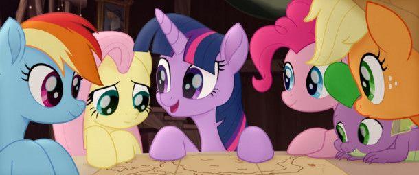 Prinzessin Twilight Sparkle (Mitte) hat einen Plan: Sie will mit ihren Freunden nach Süden gehen, um sich dort die Unterstützung der Hippogreife zu sichern.