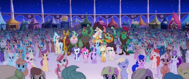 Gebannt lauschen die Einwohner von Equestria und ihre neuen Verbündeten einem Konzert der berühmten Einhorndame Songbird Serenade.