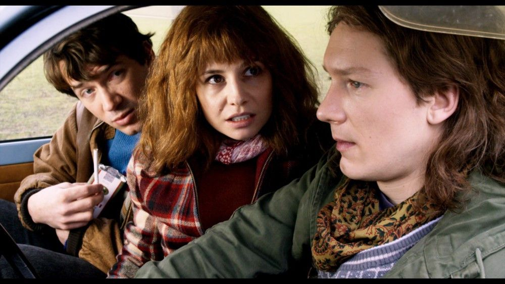 Um einen Volkspolizisten davon abzuhalten, ihren Trabi zu durchsuchen, müssen sich Matti (Marc Benjamin), Anne (Josefine Preuß) und August (Jacob Matschenz, rechts) was einfallen lassen.