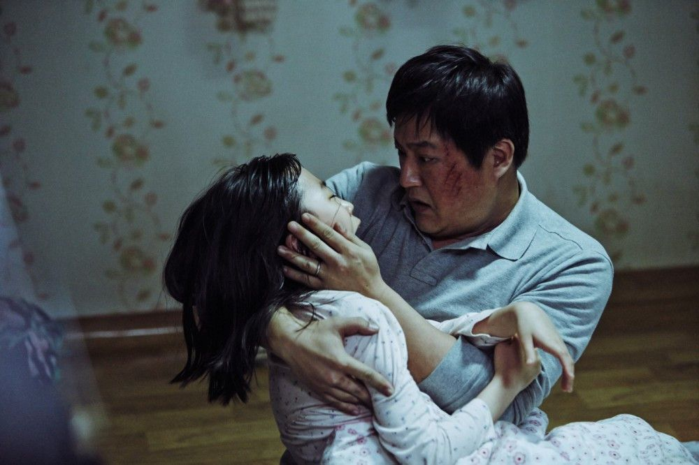Jong-gus (Kwak Do-won) Tochter Hyo-jin (Kim Hwan-hee) scheint von einer dämonischen Macht heimgesucht worden zu sein.