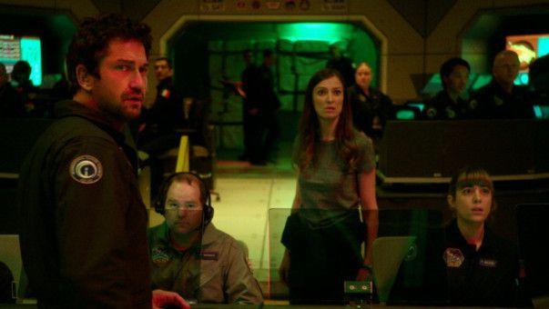 Jake Lawson (Gerard Butler) und ISS-Astronautin Ute Fassbinder (Alexandra Maria Lara) verfolgen äußerst besorgt die fatalen Auswirkungen des fehlgeleiteten Satellitensystems.