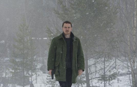In Oslo und den verschneiten Wäldern Norwegens fahndet der einzelgängerische Kriminalbeamte Harry Hole (Michael Fassbender) nach einem Serienkiller mit Schneemann-Symbolik.
