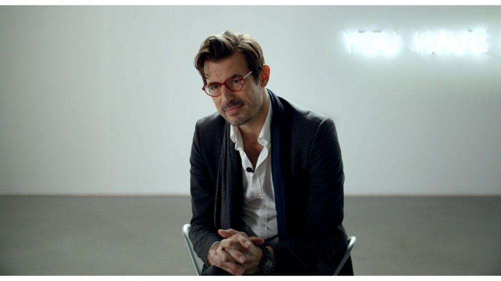 Christian (Claes Bang), der attraktive Kurator eines großen Stockholmer Museums, hat eine Pechsträhne. Auf der Straße wird er bestohlen. Im Museum kehrt ein Putzmann ein teures Kunstwerk kaputt. Und privat muss er sich gegen hysterische Damen und Samenraub wehren.