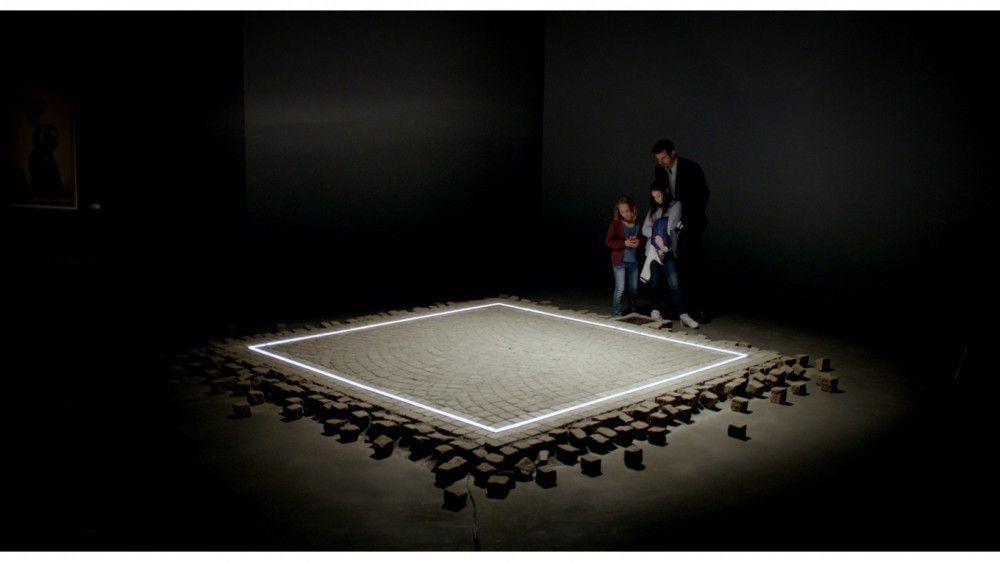 """""""Das Quadrat ist ein Zufluchtsort, an dem Vertrauen und Fürsorge herrschen. Hier haben alle die gleichen Rechte und Pflichten."""" Christian erklärt seinen Töchtern die Idee hinter """"The Square""""."""