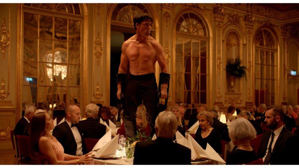 Affenmensch Oleg (Terry Notary) rastet bei einem Galadinner aus. Ein weiteres Problem für den gestressten Kurator ...