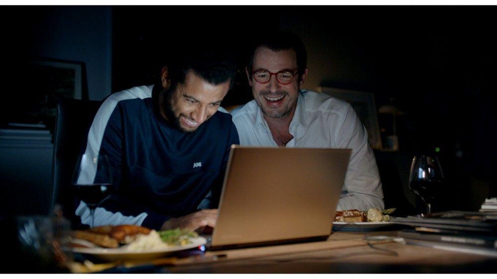 Christian (Claes Bang, rechts) und sein Mitarbeiter Michael (Christopher Læssø) schreiben einen Drohbrief. Mit bösen Folgen ...