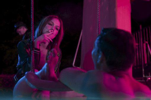 Kontaktaufnahme: Beißt sich Mauser (Leonard Scheicher) an Jackie (Emilia Schüle) die Zähne aus oder zieht sein Charme?