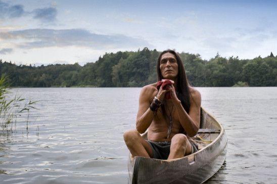 Wer ist der Mann? Der Indianer (Robert Alan Packard) taucht immer wieder auf und ist eines von vielen spielerischen Elementen bei der Umsetzung des Romans.
