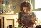 Maud (Sally Hawkins) verschönert mit ihren Malereien auch das gemeinsame, ärmliche Häuschen.