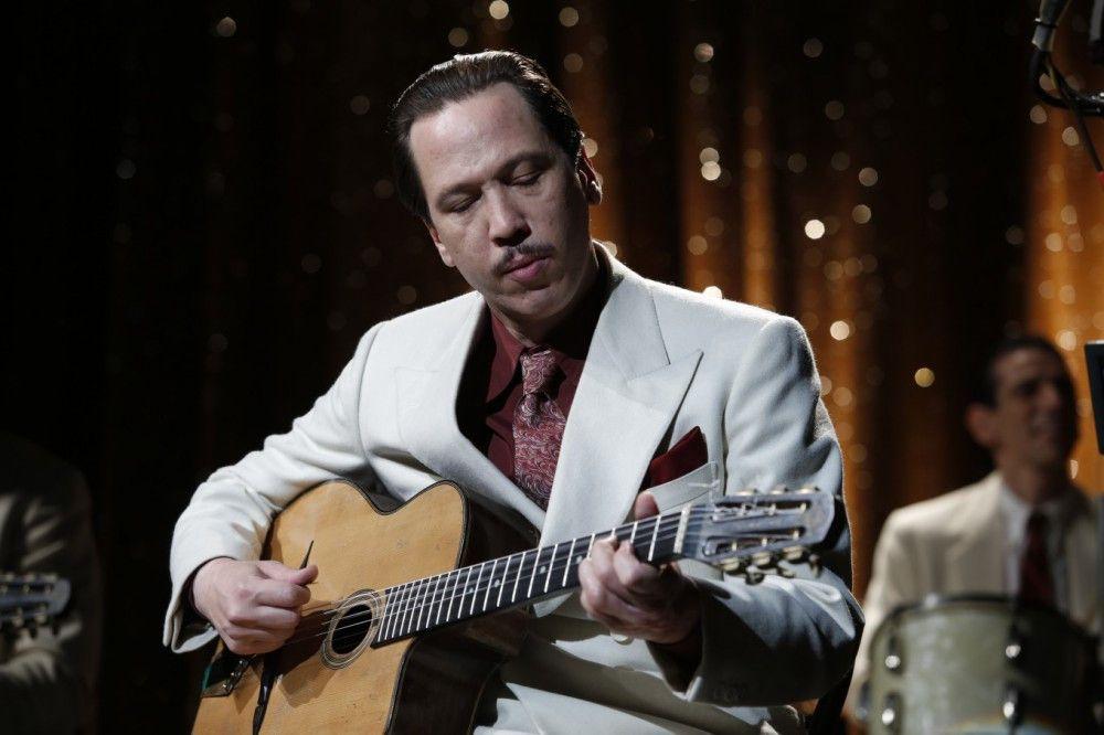 Eigentlich will Django Reinhardt (Reda Kateb) doch nur Gitarre spielen. Was die Nazis machen, interessiert ihn nicht.