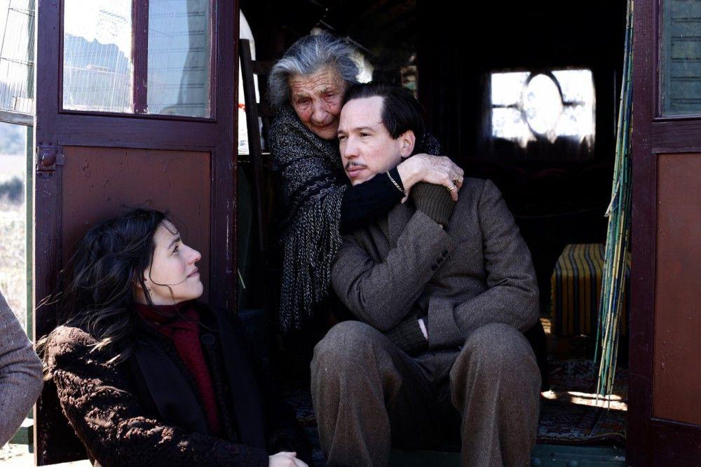 Django Reinhardt (Reda Kateb) muss sich mit seiner Frau Naguine (Beata Palya) und Mutter Negros (Bimbam Merstein) vor den Nazis verstecken.