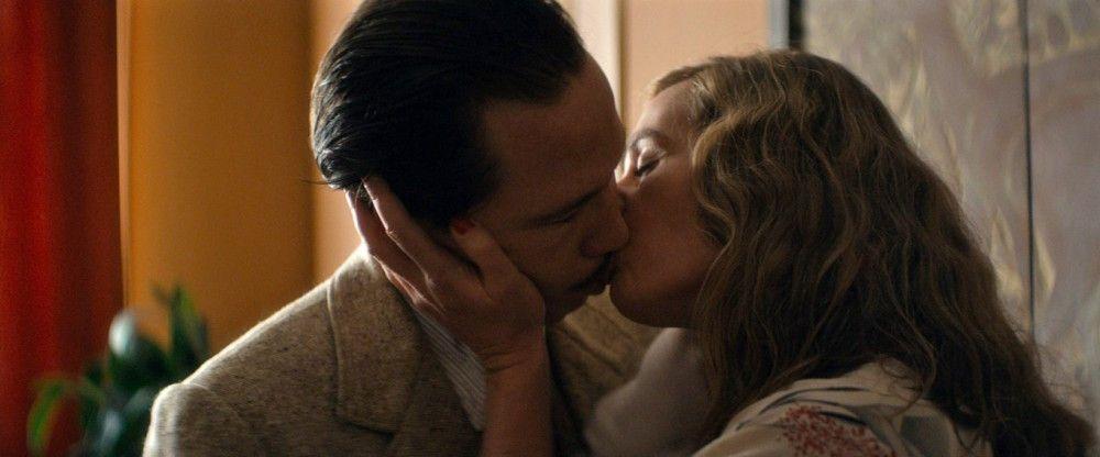 Django Reinhardt (Reda Kateb) lässt nichts anbrennen, seine Geliebte Louise (Cécile de France) hilft ihm bei der Flucht.