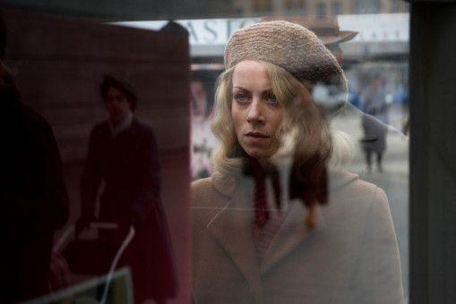 Hanni Lévy (Alice Dwyer) färbt sich dem arischen Vorbild entsprechend ihre Haare blond.