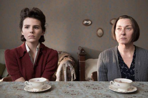 Die Arzttochter Ruth Arndt (Ruby O. Fee, links) wird beim Abtauchen von ihrer Familie getrennt. Rechts: Steffi Kühnert.