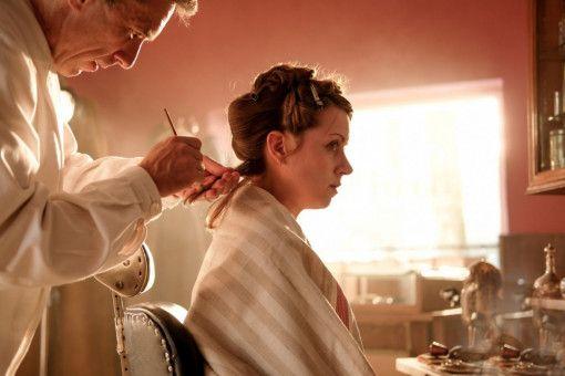 Um nicht aufzufallen, lässt sich Hanni Lévy (Alice Dwyer) ihre Haare blond färben.