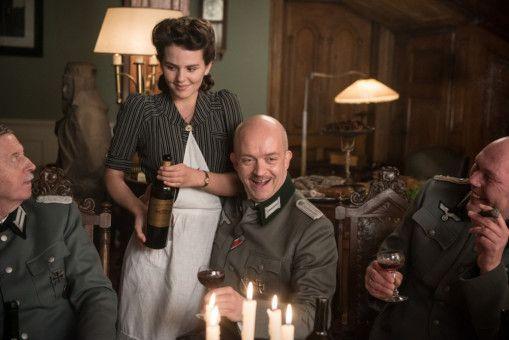 Kann Ruth Arndt (Ruby O. Fee) inmitten der Nazis unerkannt bleiben?