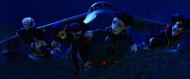 Die Vampire werden von einem Vampirjäger im Flugzeug verfolgt.