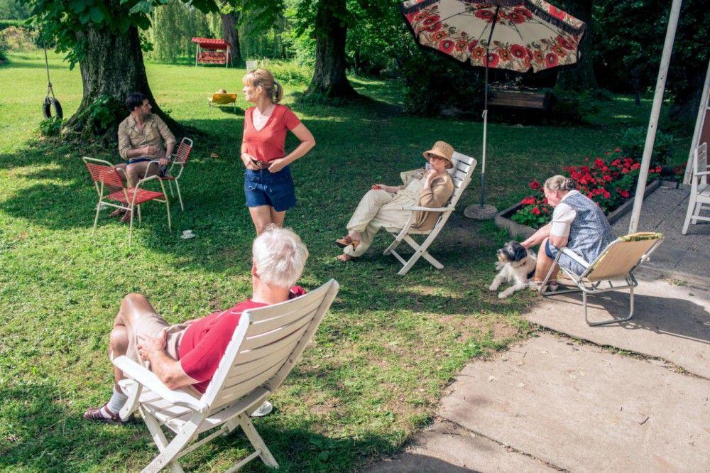 Die Familie entspannt sich im gemeinsamen Garten, von links: Bernd (Thomas Loibl), Eva (Laura Tonke), Erich (Günther Maria Halmer), Frieda (Christine Schorn) und Ilse (Ursula Werner).