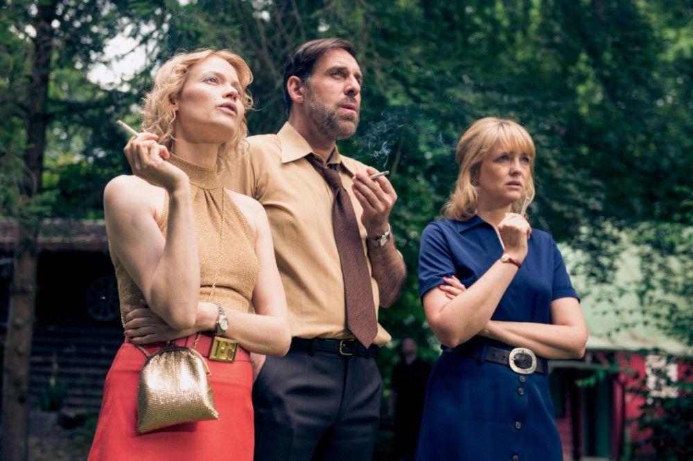 Gitti (Mavie Hörbiger, links), Bernd (Thomas Loibl) und Eva (Laura Tonke) können es nicht fassen: Ein Unwetter hat den Garten verwüstet.