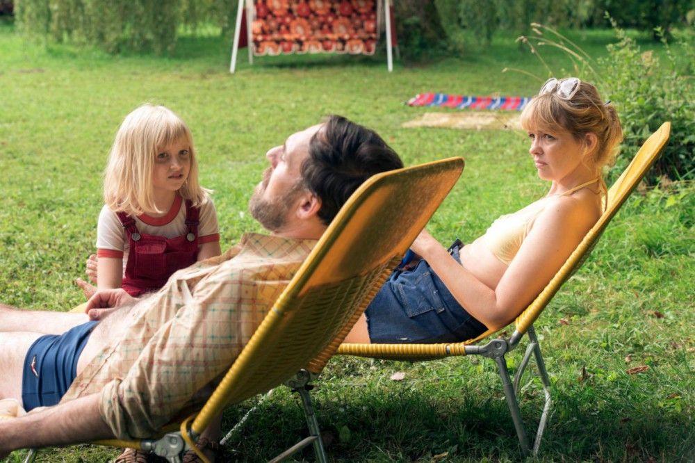 Bernd (Thomas Loibl) und seine Frau Eva (Laura Tonke) genießen die Zeit mit ihrer Tochter Jana (Emilia Pieske).