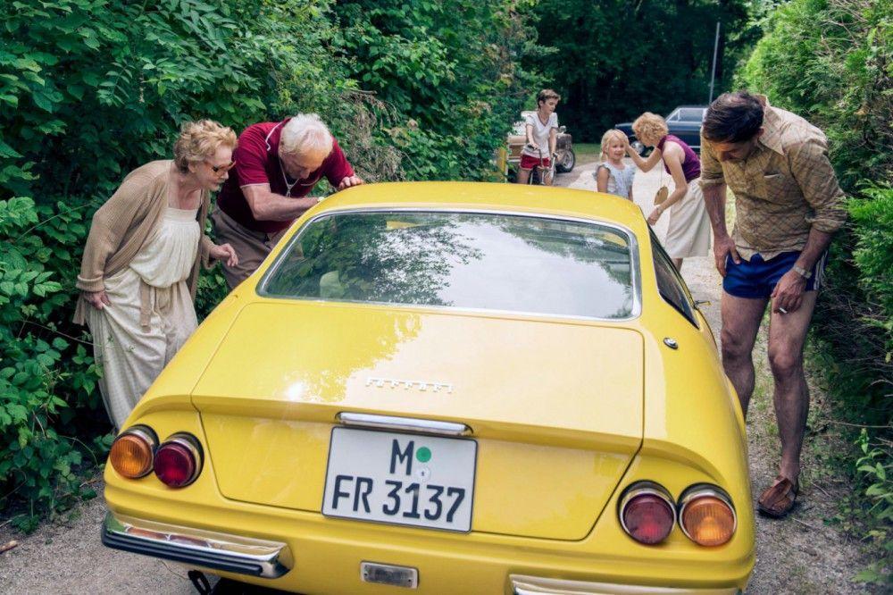 Endlich Ferrari: Frieda (Christine Schorn, links), Erich (Günther Maria Halmer, zweiter von links) und Bernd (Thomas Loibl) begutachten den Wagen von Gittis neuem Freund Gunther.