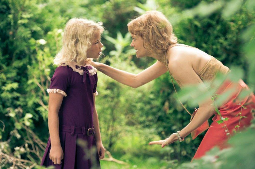 Inga (Anne-Marie Weisz) fragt nach ihrem Vater. Ihrer Mutter Gitti (Mavie Hörbiger, rechts) gehen die Ausreden aus.