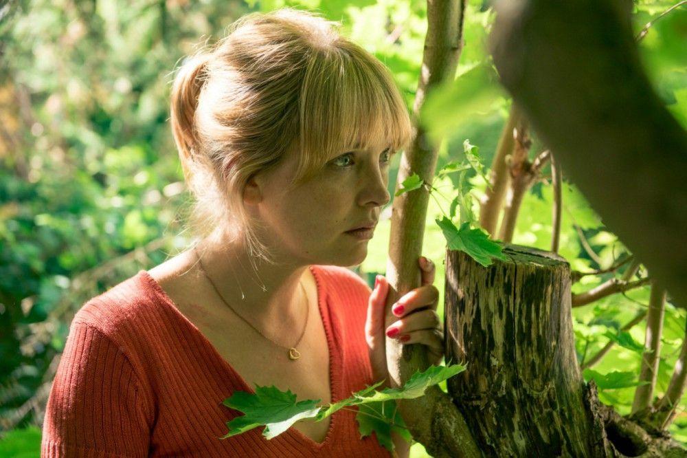 Eva (Laura Tonke) erfährt von den Verkaufsplänen der Verwandtschaft.