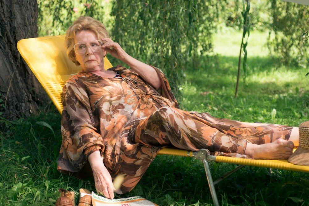 Frieda (Christine Schorn) würde das Gelände, auf dem die Sommerhäuser ihrer verstorbenen Mutter stehen, am liebsten verkaufen.