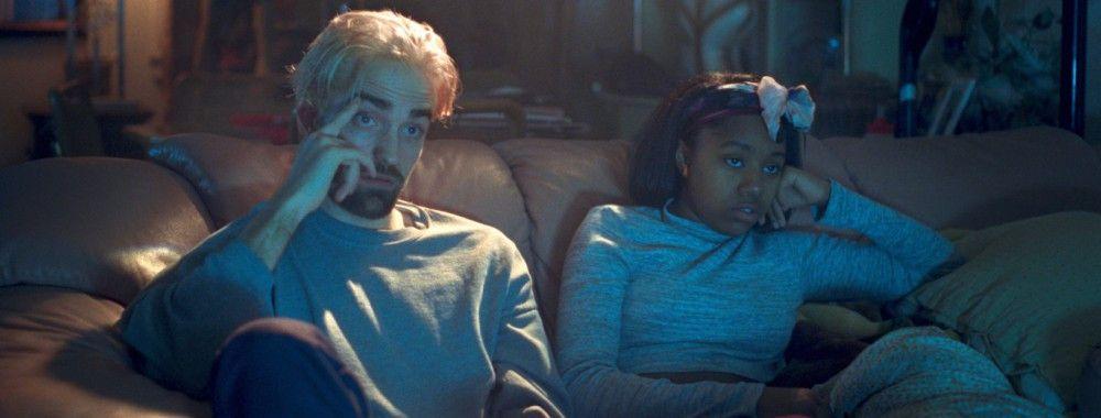 Die Teenager-Göre Crystal (Taliah Webster) muss Connie (Robert Pattinson) bei der Umsetzung seiner wilden Pläne helfen.