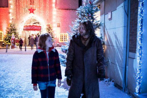 Lilli (Hedda Erlebach) muss Knecht Ruprecht (Jürgen Vogel) in seine Zeit zurückbringen.