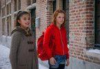 Layla (Aleyna Hila Obid) und Lilli (Hedda Erlebach, rechts) reisen in die Vergangenheit.