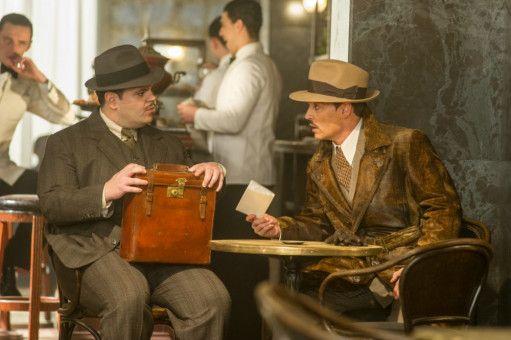 War es Assistent Hector MacQueen (Josh Gad), der Ratchett (Johnny Depp, rechts) umbrachte?