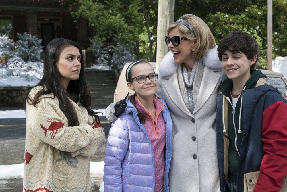Zumindest Jane (Oona Laurence) und Dylan (Emjay Anthony) freuen sich, dass Oma Ruth (Christine Baranski, rechts) zu Besuch ist. Amy (Mila Kunis, links) hingegen ist jetzt schon genervt.