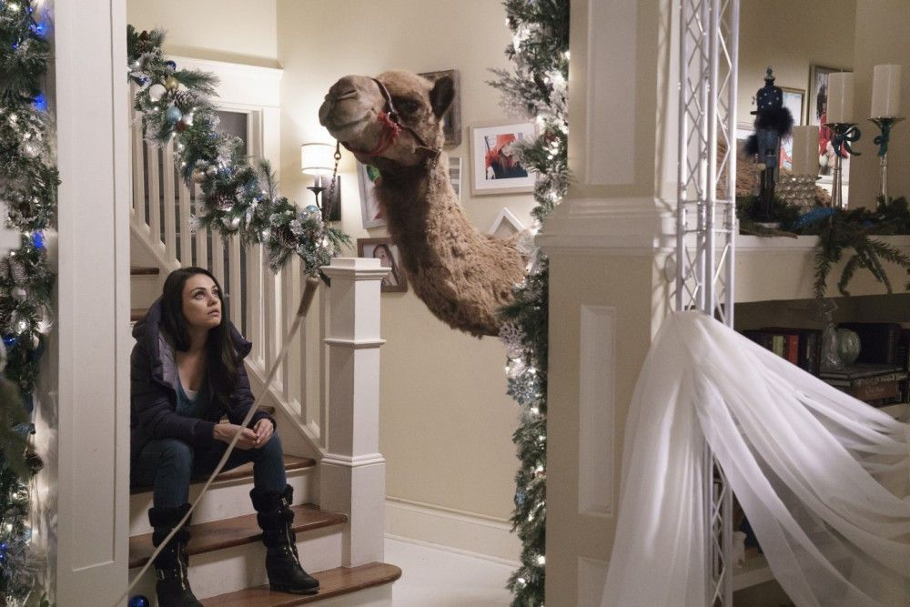 Wohne ich hier? Amy (Mila Kunis) ist über die Weihnachtsdeko ihrer Mutter ein wenig ratlos.