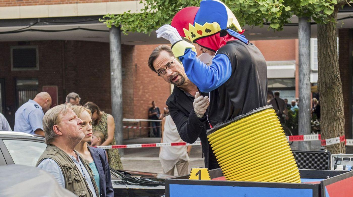 Aber ist er auch für den Tod des Mannes verantwortlich, der kurz vor der Eröffnung der Internationalen Skulptur-Tage in einem Clowns-Kostüm entdeckt wird?
