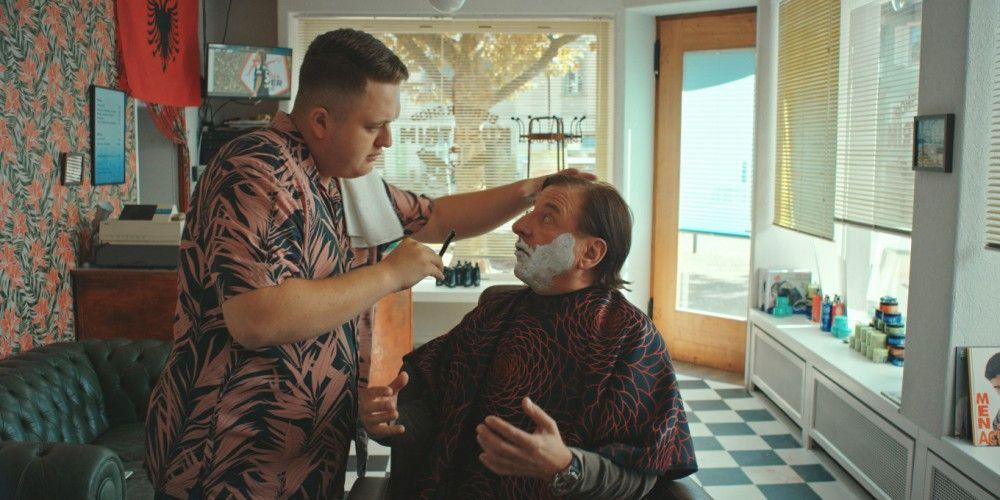 Haare schneiden und Rasieren machen noch keinen Sportwagen: Der Friseur (Bendrit Bajra, links) erklärt dem Lehrer Näf (Beat Schlatter) wie Geldverdienen geht.