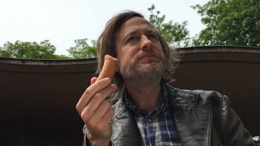 """Richard """"Rocky"""" Ockers (Jan Henrik Stahlberg) ist stolz auf seinen angeblichen Ruf als """"Stecher von Wuppertal"""". Für den selbstverliebten Macho wird jeder Alltagsgegenstand zum Phallus-Symbol."""