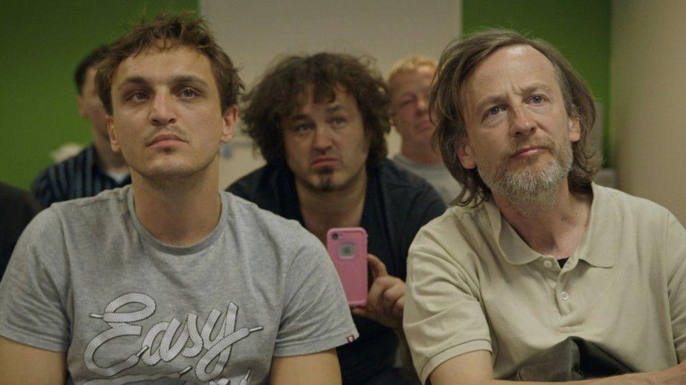 In einem Männer-Seminar wollen Thorben (Franz Rogowski, links) und Rocky (Jan Henrik Stahlberg) lernen, wie man den perfekten Aufriss landet.